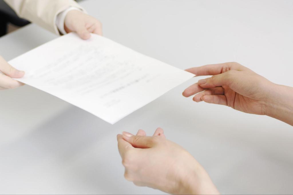 契約書を交わす