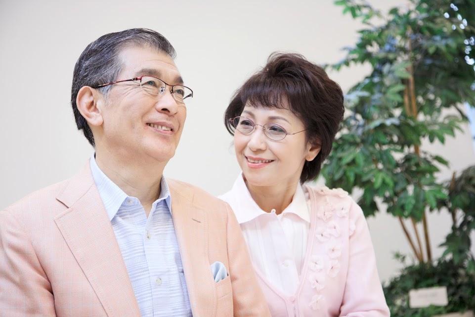老夫婦 夫婦 シニア 微笑み 解決 笑顔