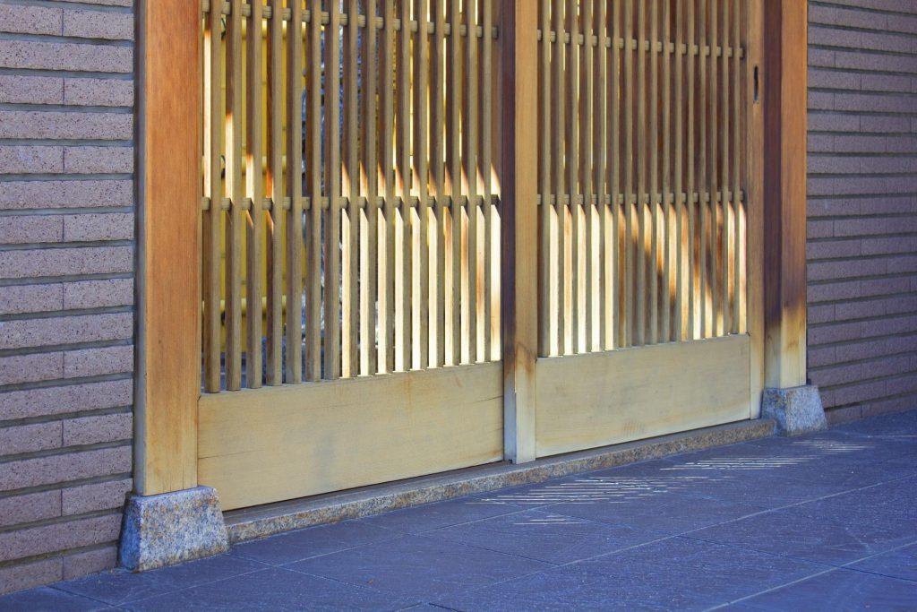 立派な門構えの日本家屋
