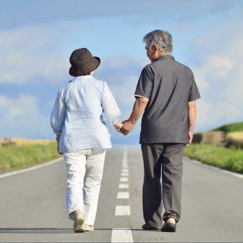 道を歩く老夫婦