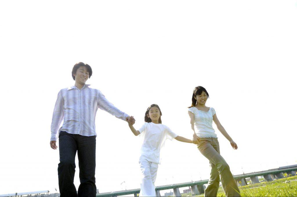 親子3人仲良く歩く