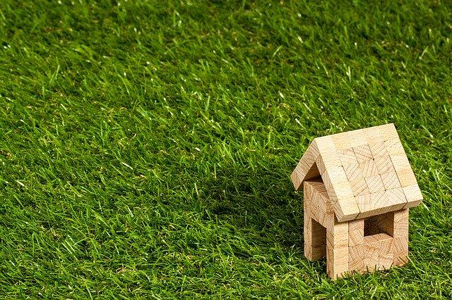 芝生に建てられた積み木の家