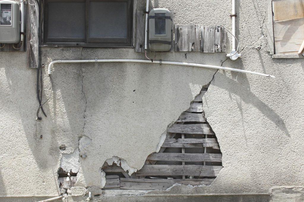 崩れた壁_家賃滞納、トラブルにならないための対処方法は?[弁護士監修コラム]