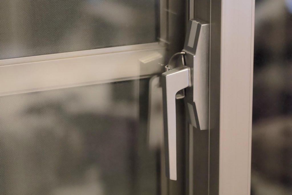 窓の鍵_アパート被災時の大家さんの責任は?【弁護士監修コラム】_ニーズプラス